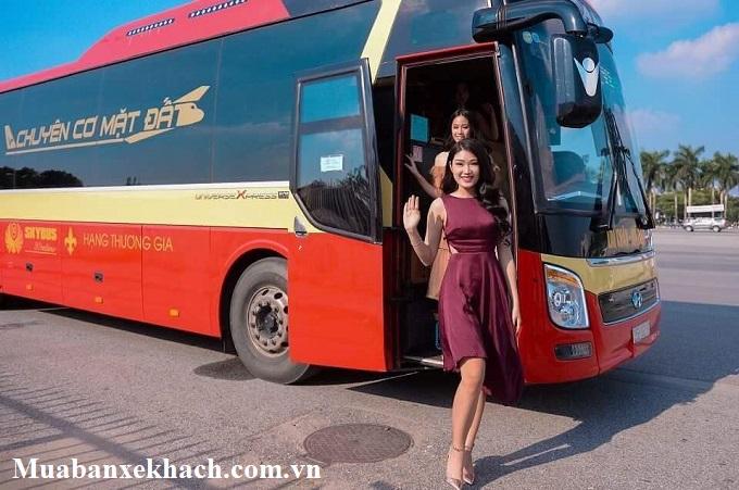 hot girl và xe bus